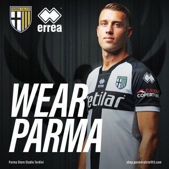 Il Parma presenta la prima maglia per la stagione 2020/2021